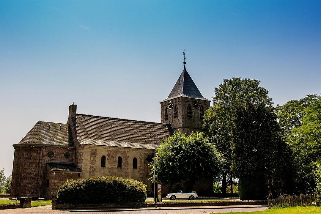 trouwfotografie bij Oranjerie Groot Warnsborn Arnhem, Bruidsfotograaf Ede, Trouwfotograaf in Arnhem, trouwen in oude kerk in Oosterbeek, trouwen bij oudste kerk van Arnhem
