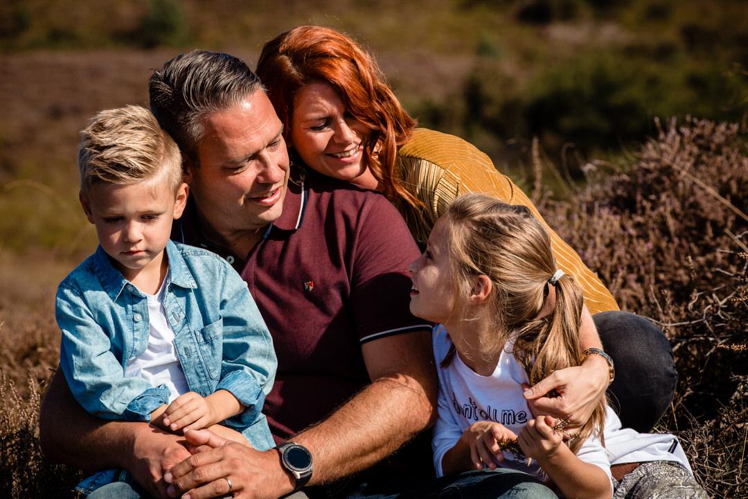 gezinsshoot, fotoshoot op locatie, liefdevol gezin, fotoshoot, ongedwongen familie fotoshoot, Selijn Fotografie